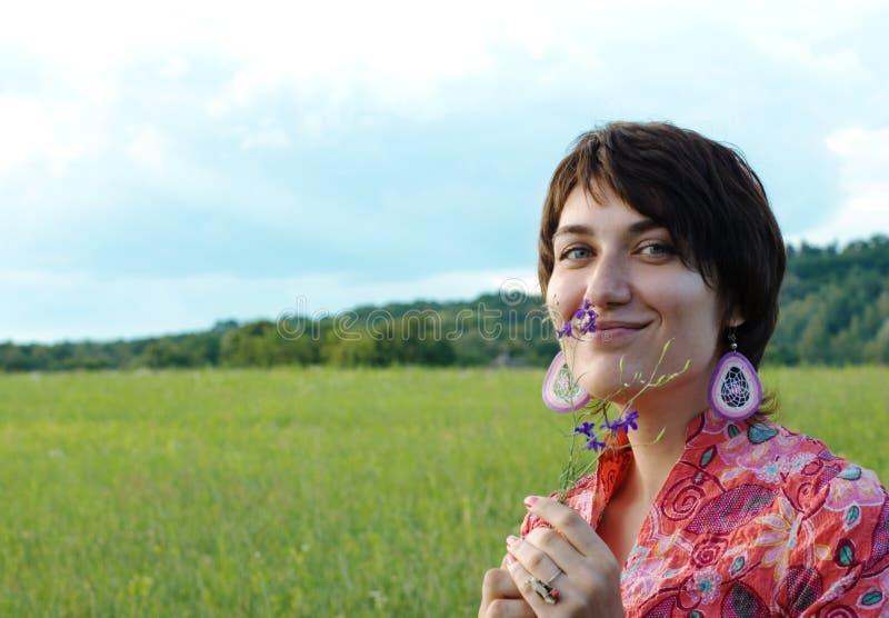 Schönheitsfrau an der Natur lizenzfreies stockfoto