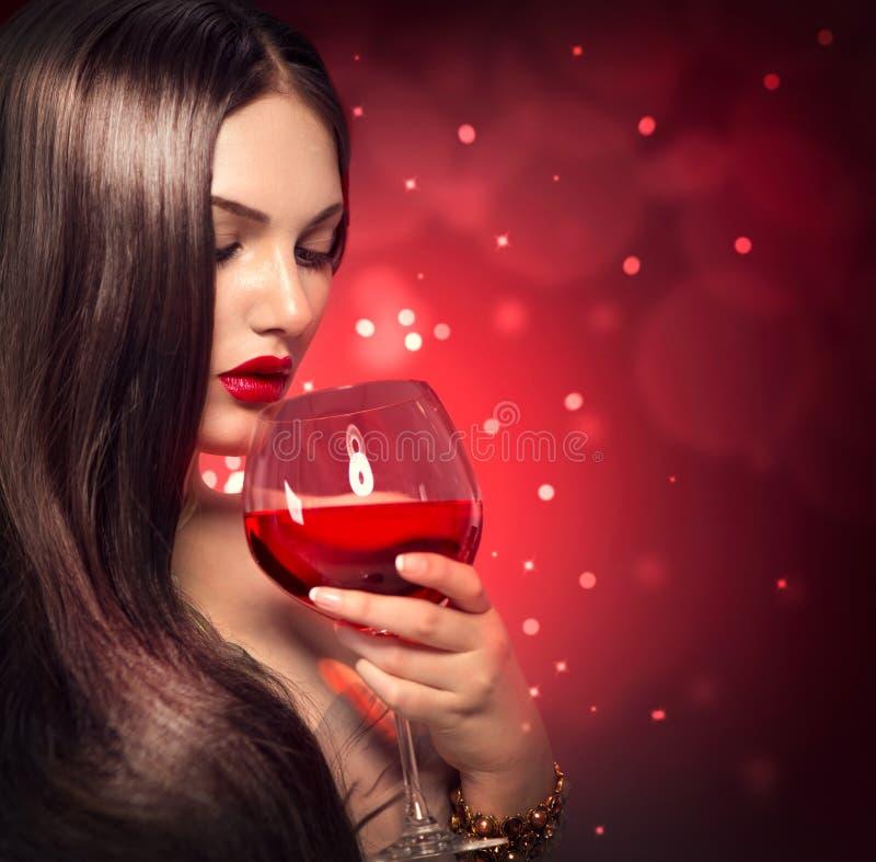 Schönheitsfrau, die Rotwein trinkt lizenzfreie stockbilder