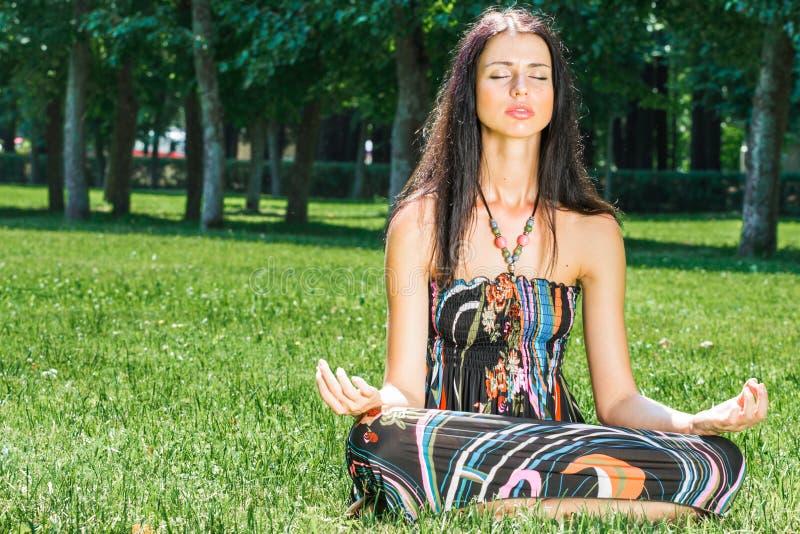 Schönheitsfrau, die Yoga tut Boho-Hippiemädchen meditiert und genießt Ruhe, entspannt sich und Harmonie, ethnisches Zubehör lizenzfreie stockfotografie