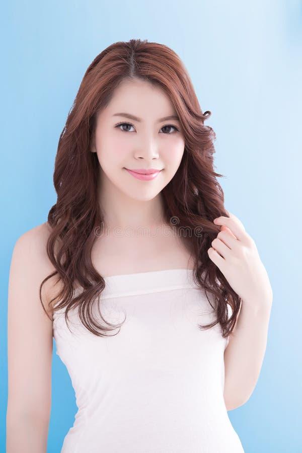 Schönheitsfrau mit Gesundheitshaut stockfoto