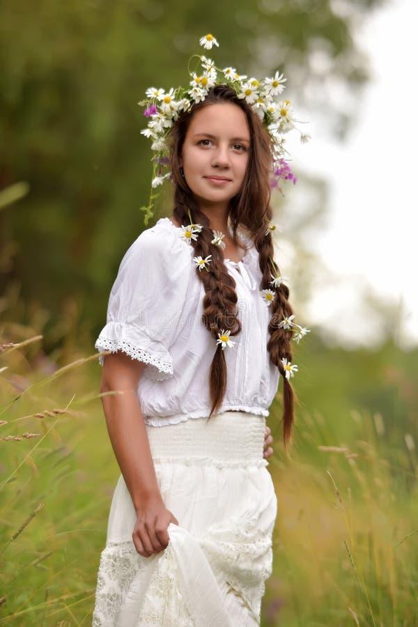 Schönheitsfrau mit Kleiderfliegen stockfotos