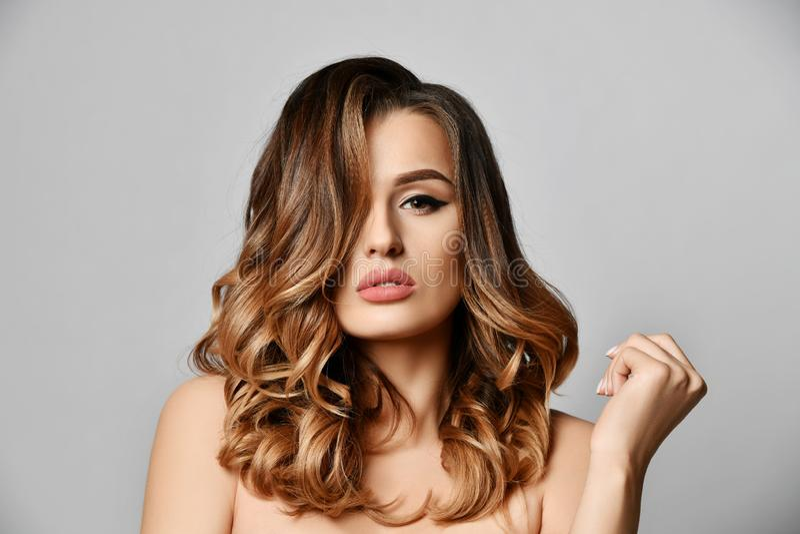 Schönheitsfrau mit schönem Gesichtsporträt der gesunden Haut mit dem gelockten Haar auf Weiß lizenzfreie stockfotografie