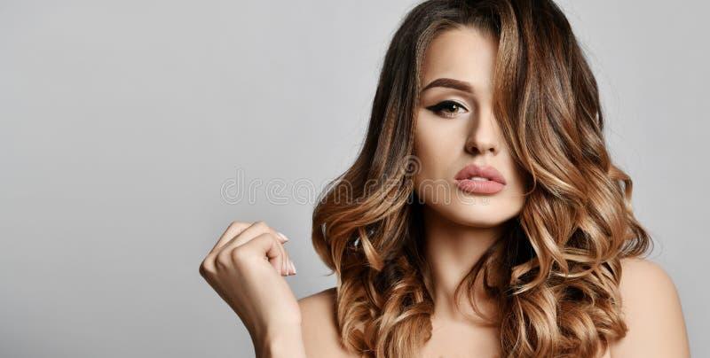 Schönheitsfrau mit schönem Gesichtsporträt der gesunden Haut mit dem gelockten Haar auf Weiß stockfotos