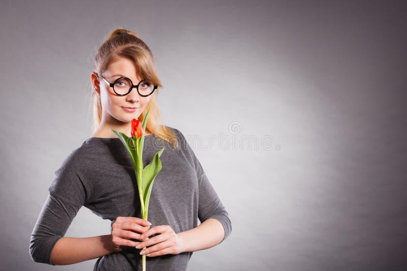 Schönheitsfrau mit Tulpenblume lizenzfreies stockbild
