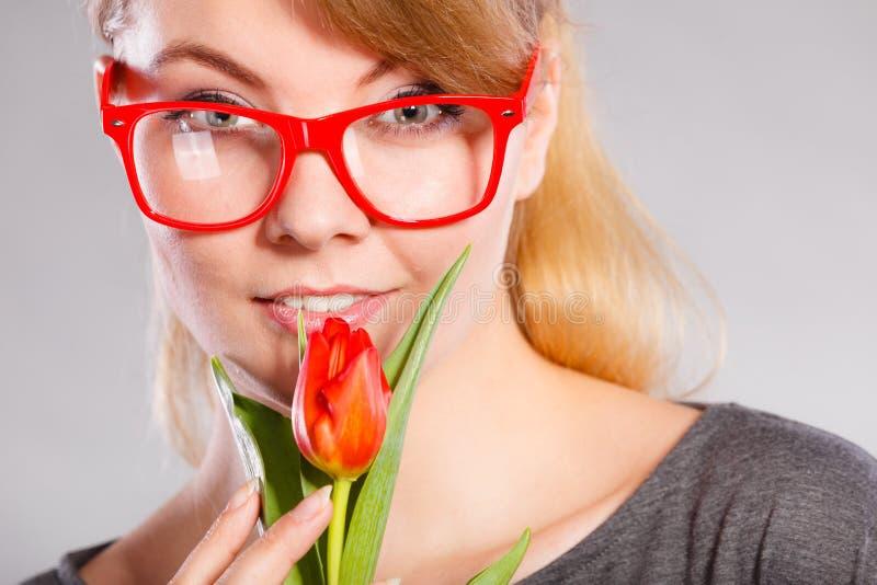 Schönheitsfrau mit Tulpenblume stockfoto