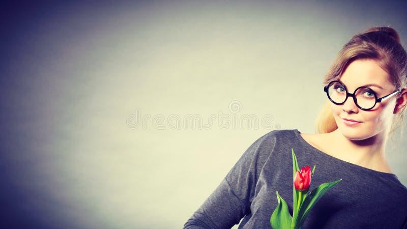 Schönheitsfrau mit Tulpenblume stockfotos