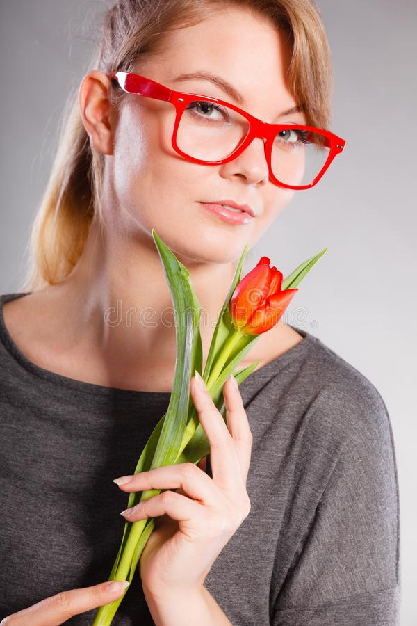 Schönheitsfrau mit Tulpenblume stockbild