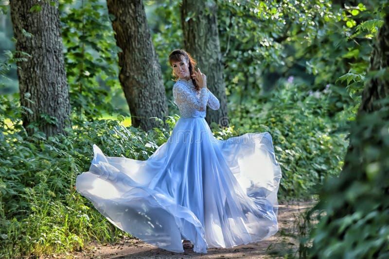 Schönheitsfrau mit weißem Kleiderfliegen stockbild