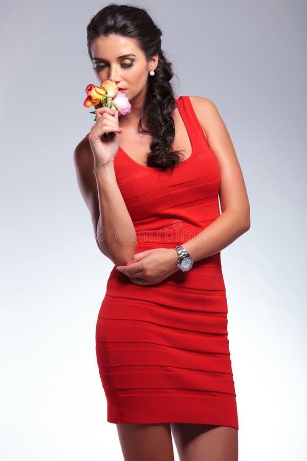 Schönheitsfrau riecht Blumen stockfotos
