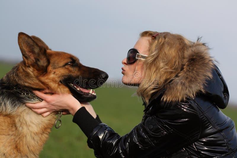 Schönheitsfrau und -schäferhund lizenzfreie stockbilder
