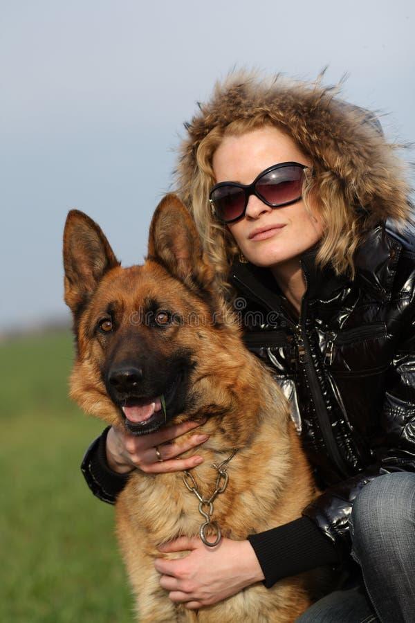 Schönheitsfrau und -schäferhund stockfotografie