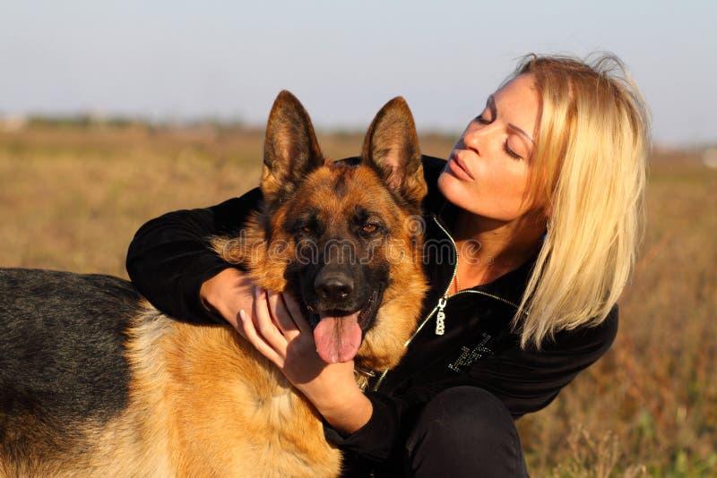 Schönheitsfrau und -schäferhund lizenzfreie stockfotos