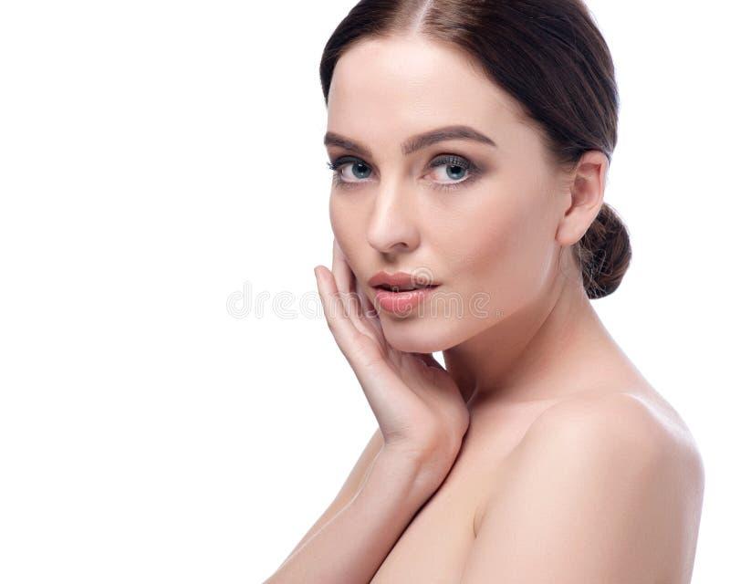 Schönheitsfrauen-Gesichtsnahaufnahme Badekurort-Modellmädchen des schönen Brunette junges mit perfekter Haut Nahaufnahmeportrait  lizenzfreie stockfotos