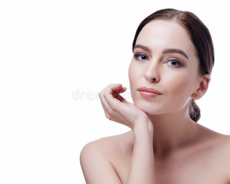 Schönheitsfrauen-Gesichtsnahaufnahme Badekurort-Modellmädchen des schönen Brunette junges mit perfekter Haut Nahaufnahmeportrait  stockbilder