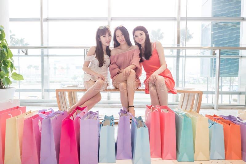 Schönheitsfrauen im Mall stockfoto