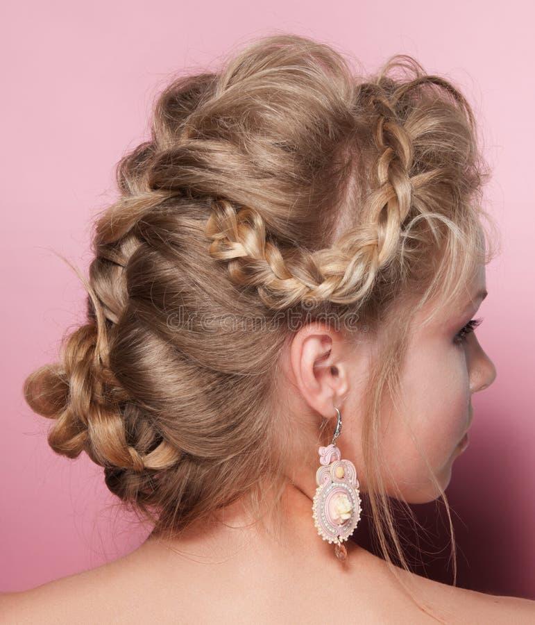 Schönheitsfrauen-Zopffrisur des blonden Haares lizenzfreies stockbild