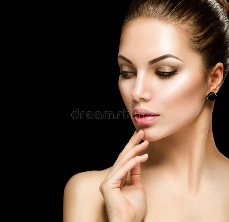 Schönheitsfrauengesicht über Schwarzem stockbilder