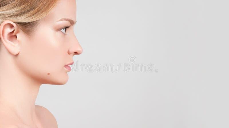 Schönheitsfrauengesicht mit sauberer gesunder Haut lizenzfreies stockbild