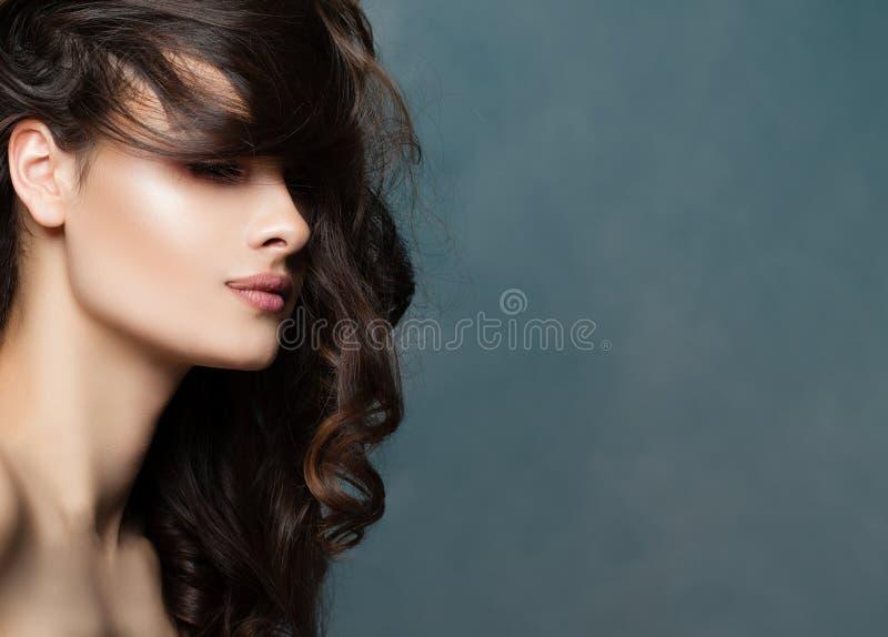 Schönheitsfrauengesicht, Profil Weiblicher vorbildlicher Brunette lizenzfreie stockfotografie
