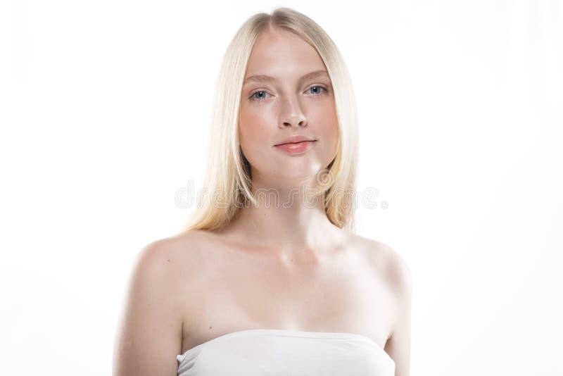 Schönheitsfrauengesichts-Porträtabschluß oben Schönes vorbildliches Girl mit P stockfoto