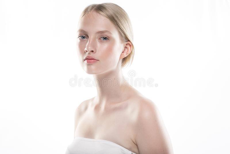 Schönheitsfrauengesichts-Porträtabschluß oben Schönes vorbildliches Girl mit P lizenzfreies stockfoto