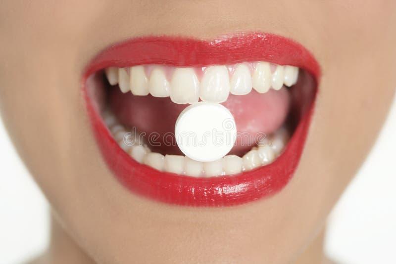 Schönheitsfrauenmund mit Medizinpille lizenzfreies stockbild