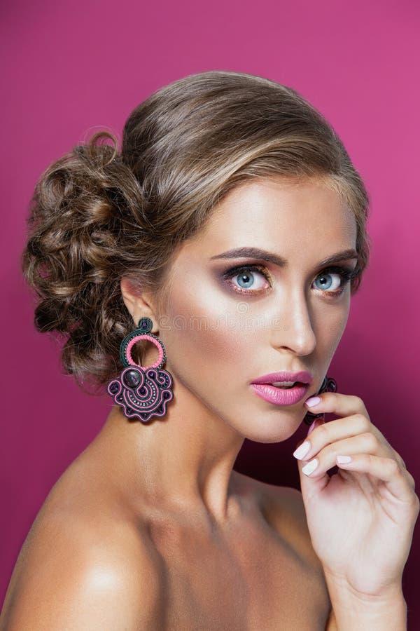 Schönheitsfrauenporträt des blonden Haares stockfotos