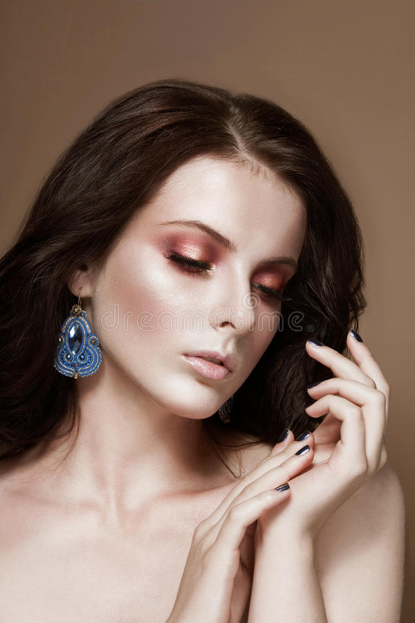 Schönheitsfrauenporträt des dunklen Haares stockbild