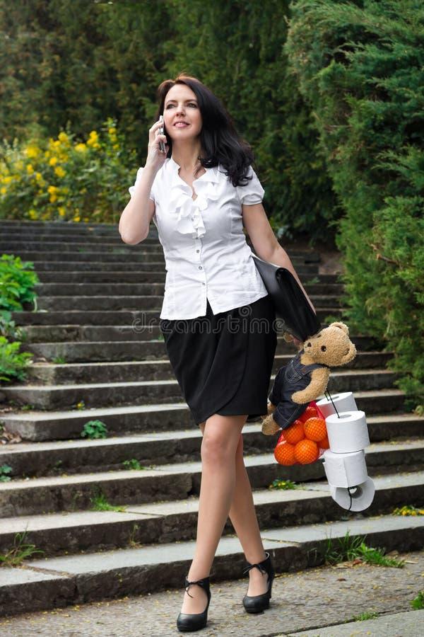 SchönheitsGeschäftsfrau mit dem Einkaufen lizenzfreie stockbilder
