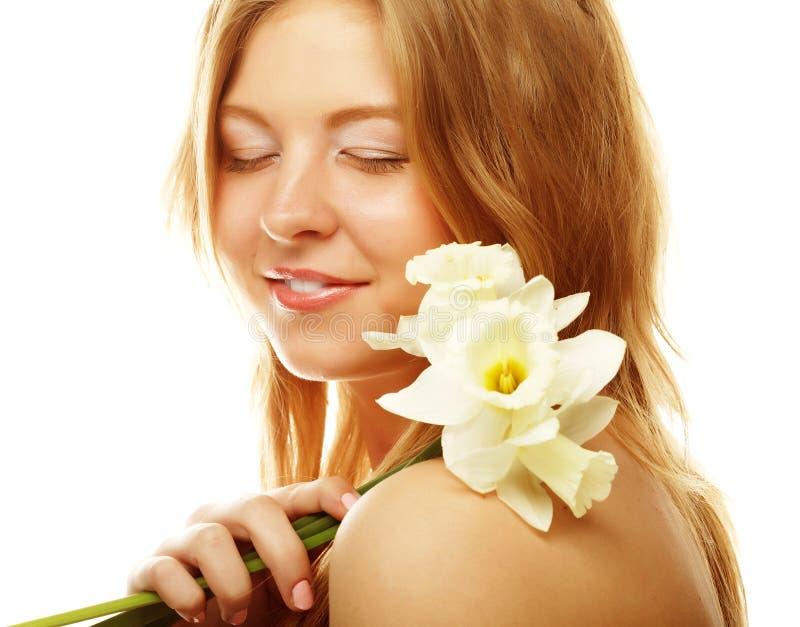 Schönheitsgesicht der jungen Frau mit den weißen Blumen lokalisiert auf wh stockfoto