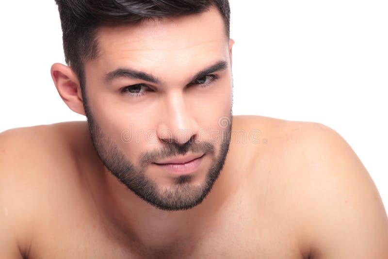 Schönheitsgesicht einer UNO rasierte nackten jungen Mann lizenzfreies stockbild