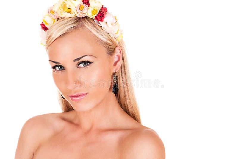 Schönheitsgesicht mit farbiger Blumenkante lizenzfreies stockbild
