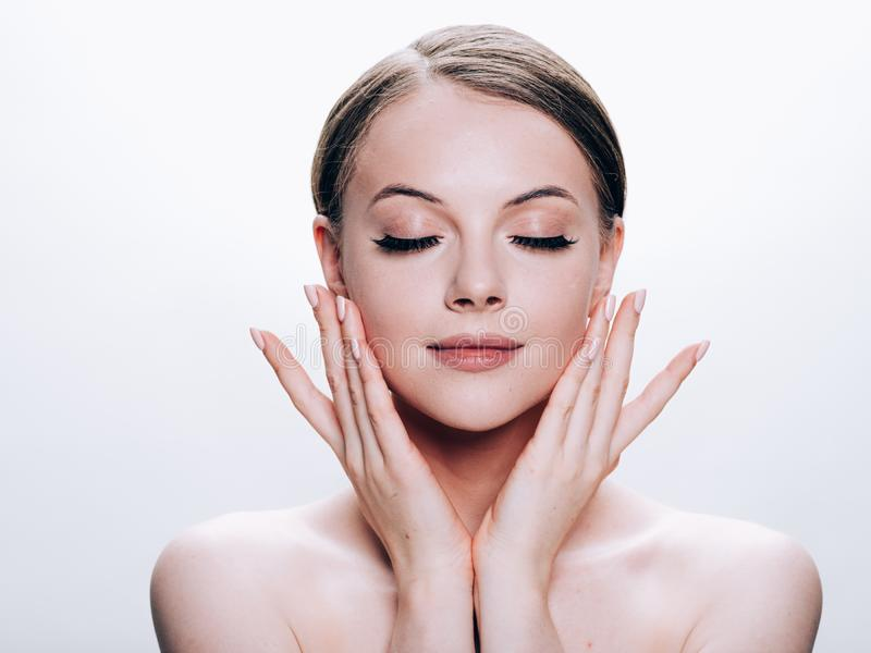 Schönheitsgesicht mit natürlichem Make-up der gesunden Haut der Wimperschönheit stockfotografie