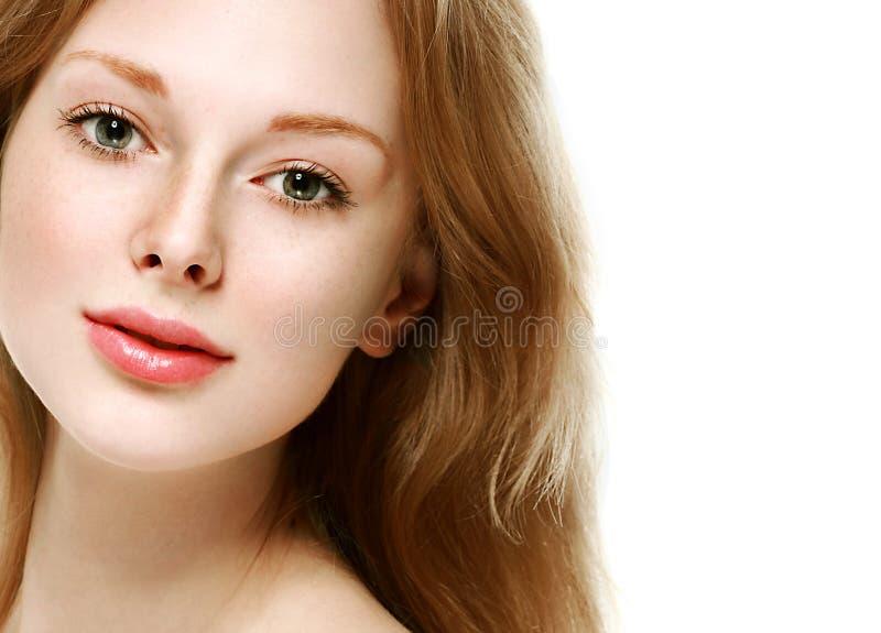 Schönheitsgesichtsabschluß herauf junges Studio des Porträts auf Weiß stockfoto