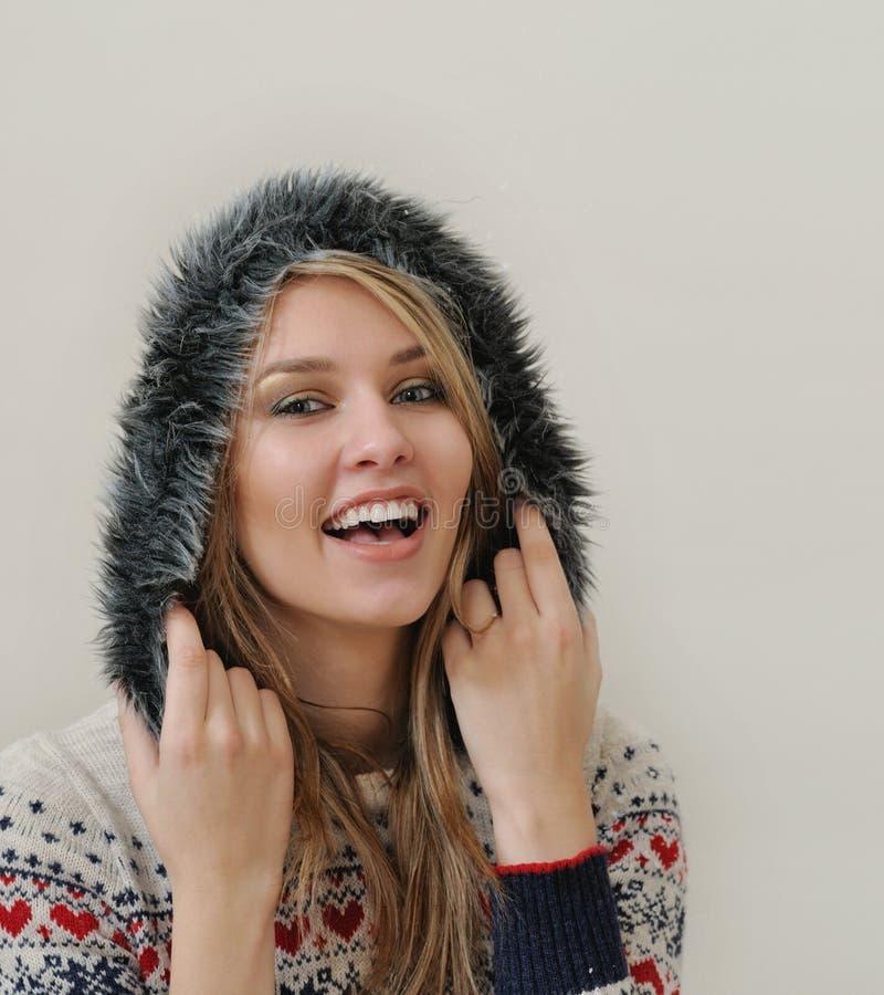 Schönheitsgesichtsporträt der attraktiven jungen kaukasischen Frau in warmem stockfotografie