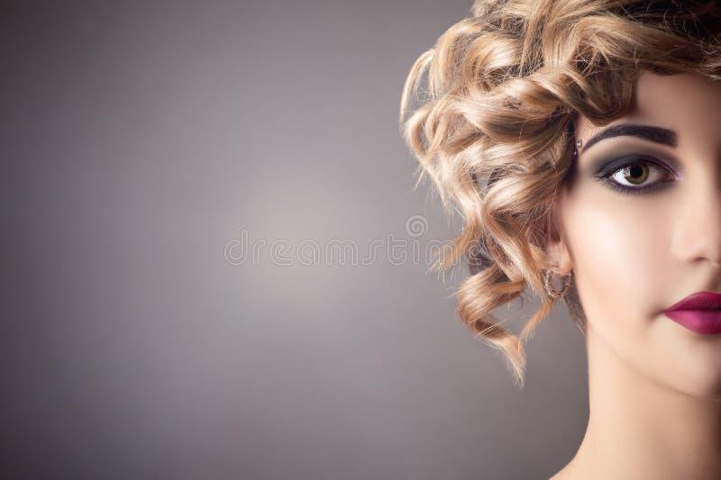 Schönheitsgesichtsporträt im Retrostil mit hellem Make-up, halbes Gesicht stockbild
