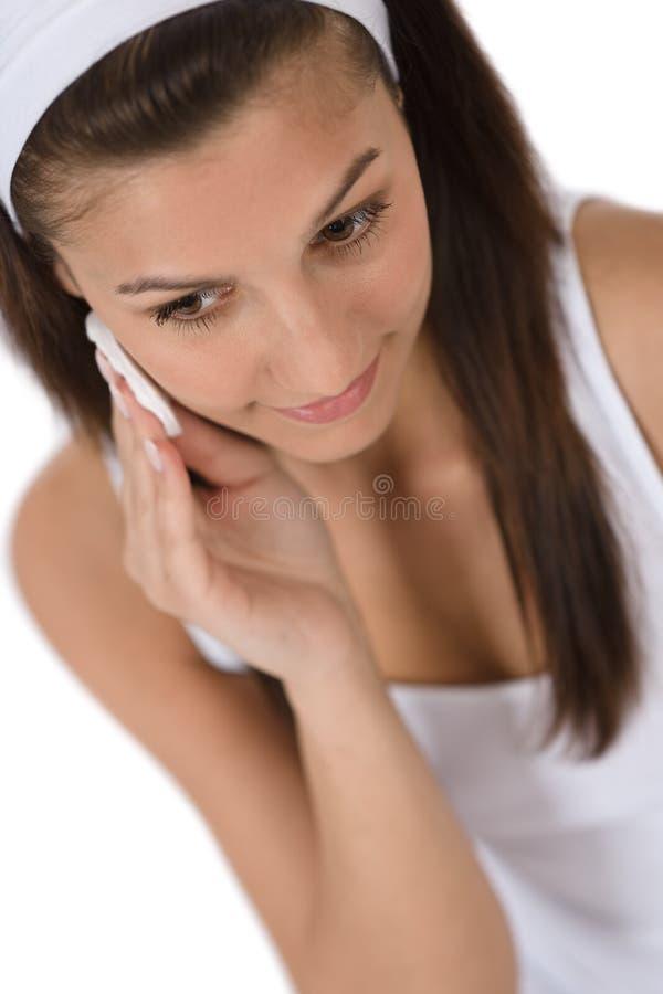 Schönheitsgesichtssorgfalt - Jugendlichfrauen-Reinigungshaut lizenzfreie stockfotos