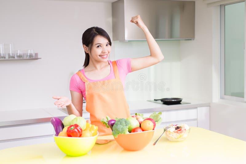 Schönheitshausfrau in der Küche stockfotos