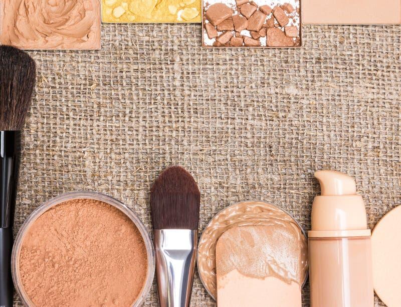 Schönheitshintergrund mit Grundlagenkosmetischen Produkten stockfotografie