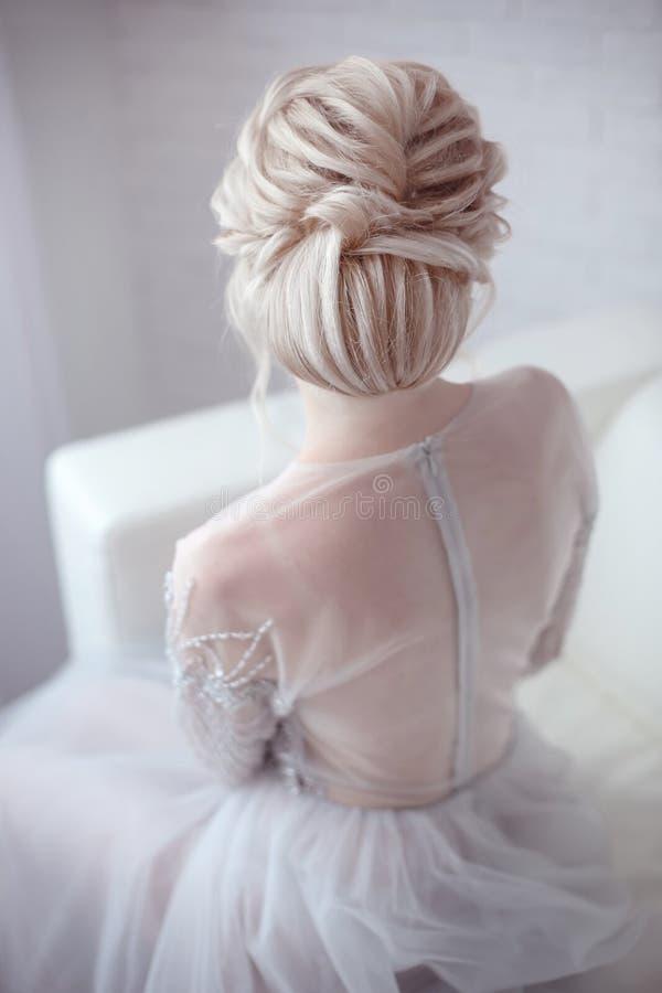 Schönheitshochzeitsfrisur Braut Blondes Mädchen mit gelocktes Haar styl stockfotos