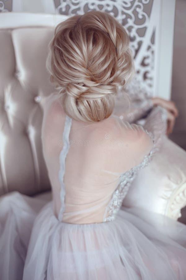 Schönheitshochzeitsfrisur Braut Blondes Mädchen mit gelocktes Haar styl stockbild