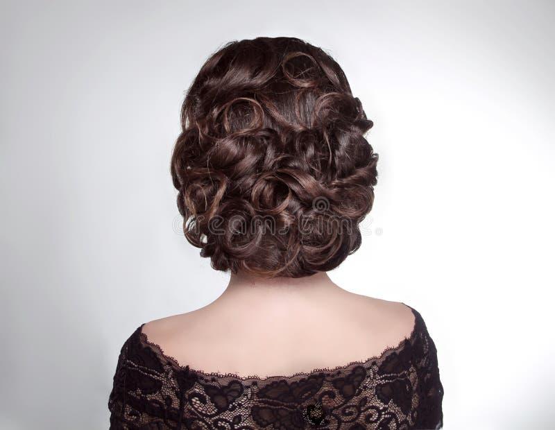 Schönheitshochzeitsfrisur Braut Brunettemädchen mit gelocktem Haar s stockfotografie