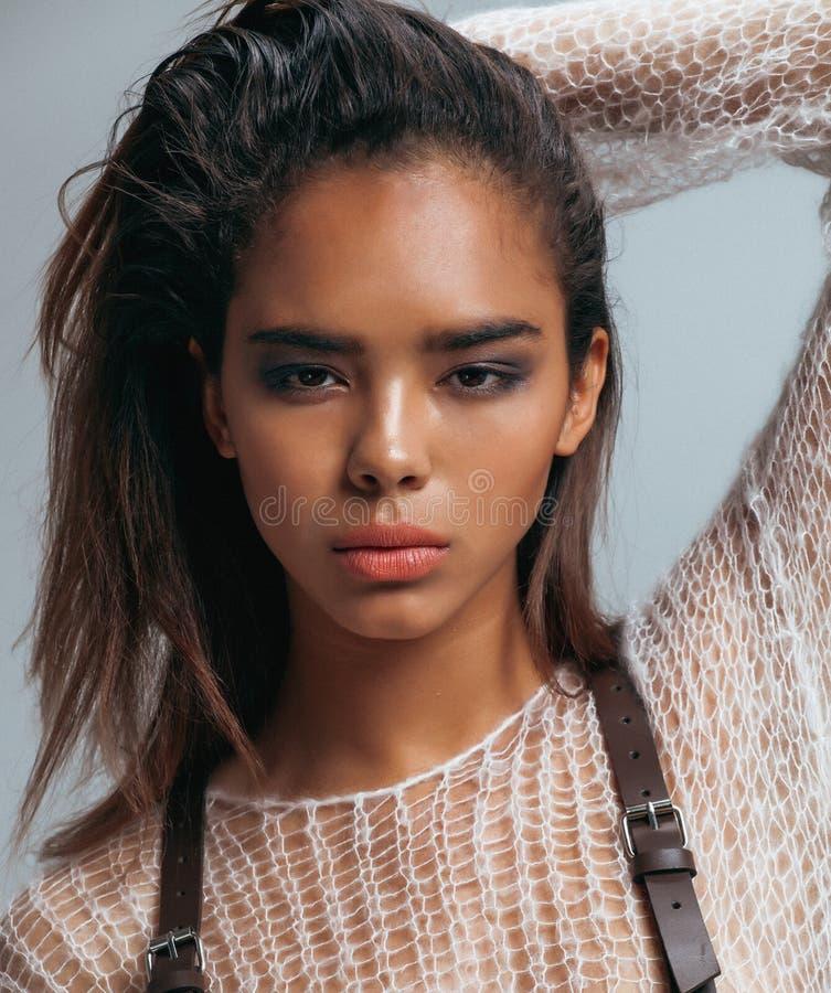 Schönheitsjunge Afrofrau im Strickjackenabschluß oben lizenzfreies stockfoto