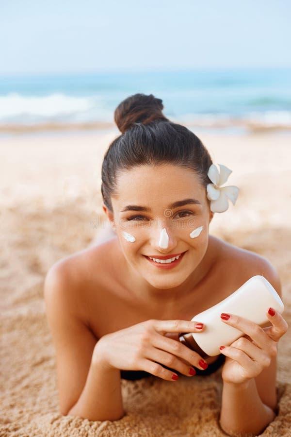 Schönheitslächeln, das Sonnencreme auf Gesicht aufträgt Haut und K?rperpflege Frau, die Solarcreme auf Schulter nahe dem Pool set stockfotos