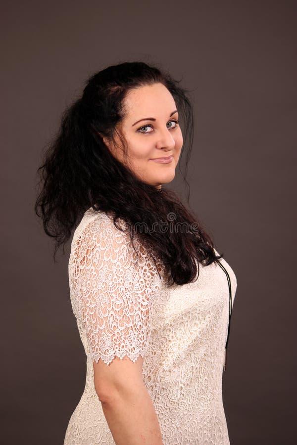 Schönheitslächelnfrau im weißen Kleid lokalisiert im Studio lizenzfreies stockfoto
