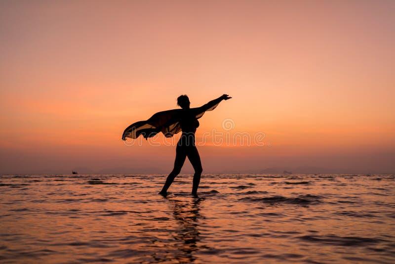 Schönheitsmädchen auf Strand mit pareo Schal stockfoto