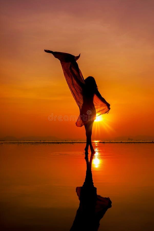 Schönheitsmädchen auf Strand mit pareo Schal lizenzfreies stockfoto