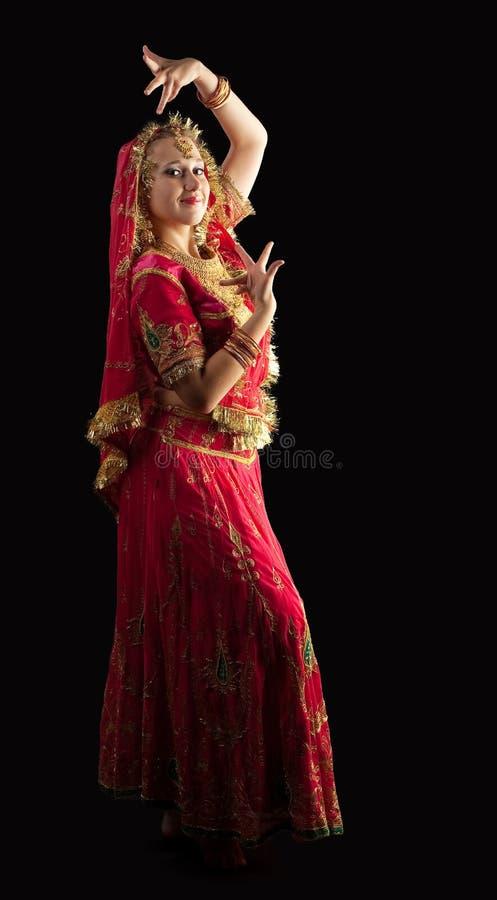 Schönheitsmädchen im roten traditionellen indischen Kostüm lizenzfreie stockbilder