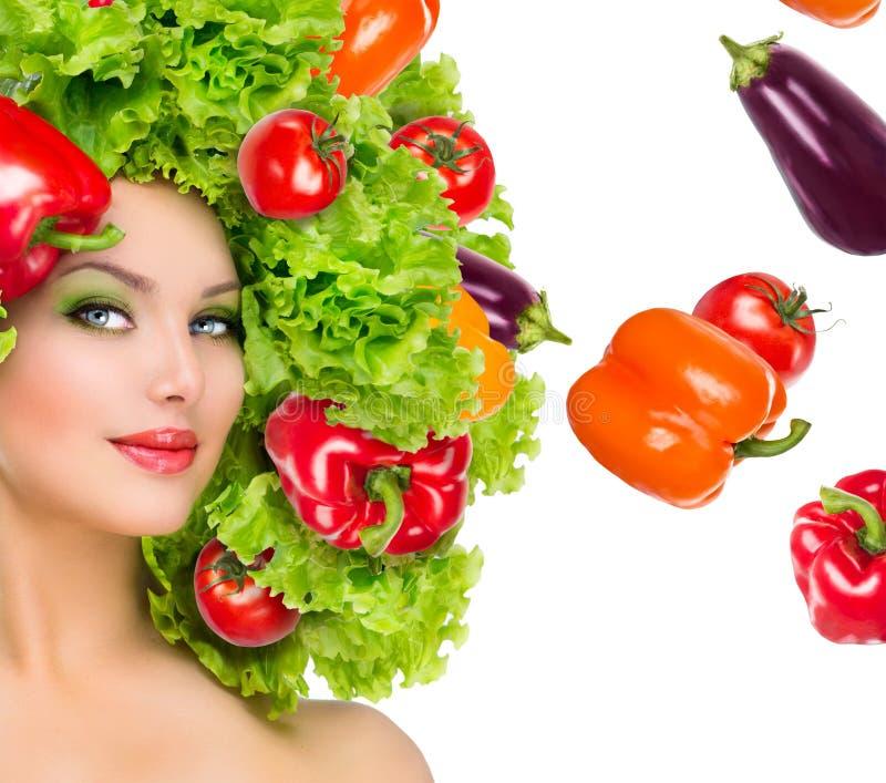 Schönheitsmädchen mit Gemüsefrisur stockfoto