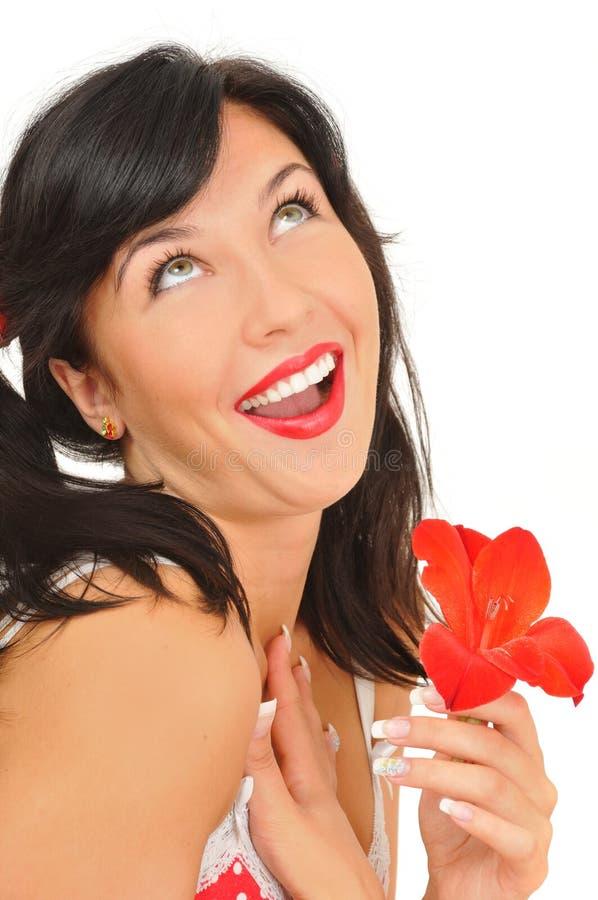 Schönheitsmädchen mit roter Blume lizenzfreie stockfotografie